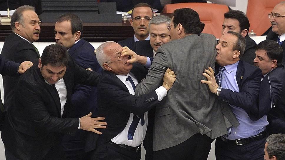 19 февраля в парламенте Турции произошла массовая драка депутатов. Чиновники не смогли договориться насчет нового законопроекта, который предоставил бы полиции больше полномочий при разгоне митингующих, и наделил бы губернаторов правом выдавать ордер на арест. Во время драки пострадали пять человек.