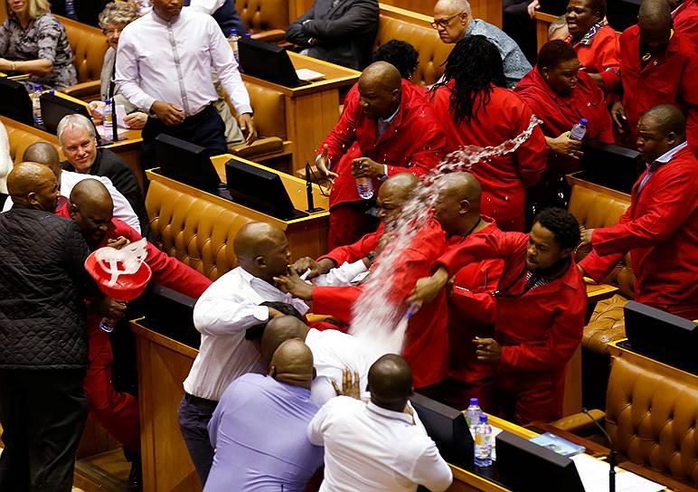 17 мая 2016 года в парламенте Южно-Африканской Республики произошла драка между охранниками и членами партии «Борцы за экономические свободы», которые попытались помешать выступлению президента страны Джейкоба Зумы