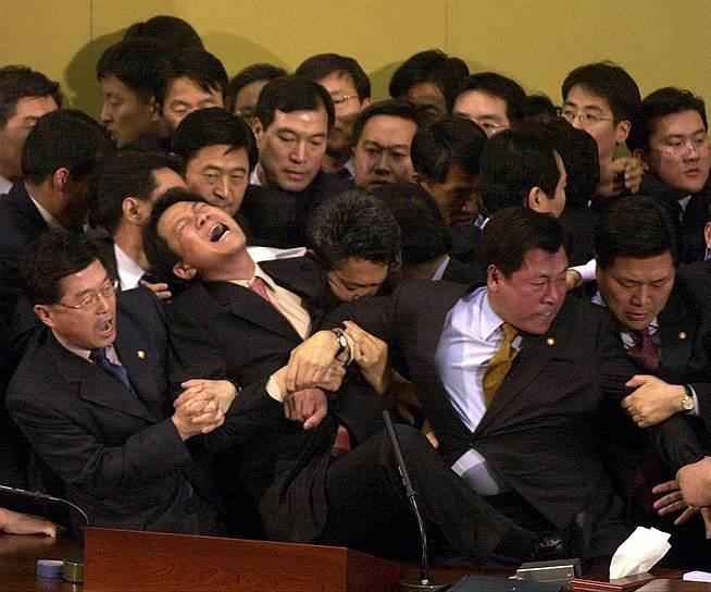 12 марта 2004 года в Национальном собрании Южной Кореи подрались представители правящей партии и оппозиционные депутаты. Причиной драки стало одобрение южнокорейским парламентом беспрецедентного импичмента, вынесенного президенту Ро Му Хуну по обвинению в незаконной агитации и некомпетентности