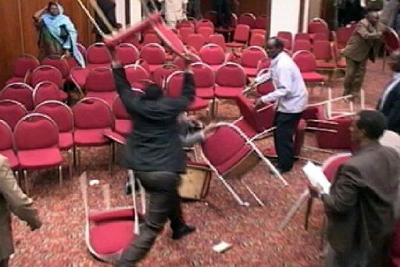 17 марта 2005 года сомалийские парламентарии переходного правительства подрались стульями на заседании парламента в одной из гостиниц Найроби (Кения) после горячего диспута о том, голосовать ли за привлечение вооруженных сил соседних стран для обеспечения безопасности переходного правительства Сомали и его возвращения в Могадишо