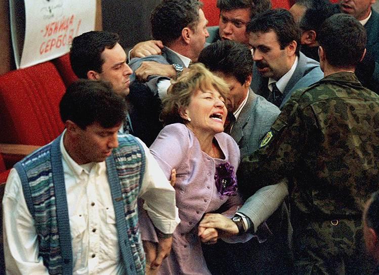 9 сентября 1995 года произошла потасовка во время посвященного событиям на Балканах заседания Госдумы. Драка началась после того, как лидер Национал-республиканской партии Николай Лысенко сорвал крест священника с депутата от «Демократической России» Глеба Якунина