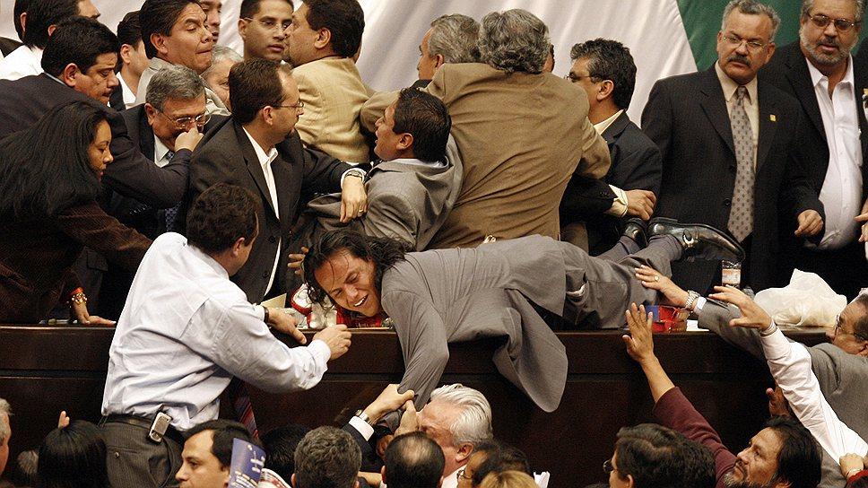 28 ноября 2006 года произошла драка в парламенте Мексики: оппозиционные депутаты попытались прорваться на трибуну и захватить контроль над конгрессом за несколько дней до инаугурации Фелипе Кальдерона