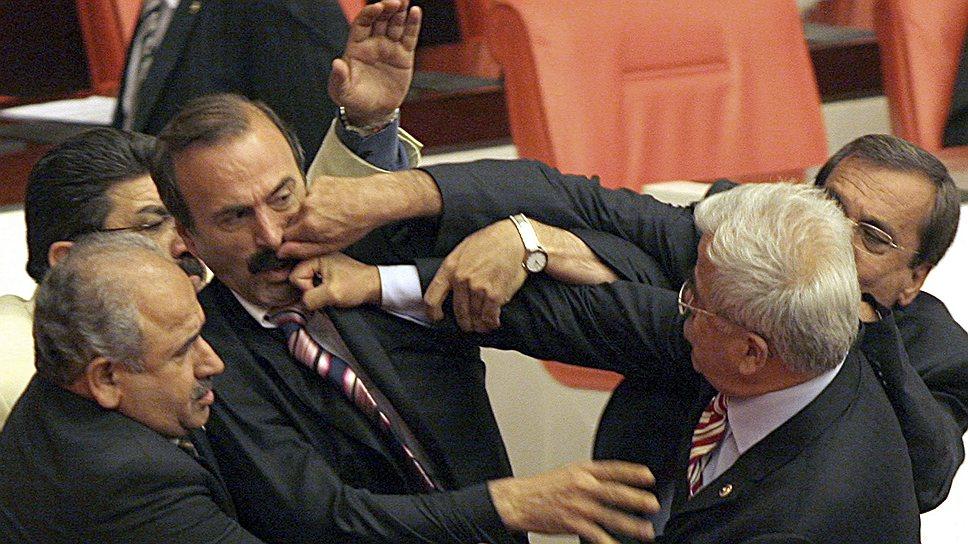 28 мая 2007 года депутаты правящей и оппозиционной партий парламента Турции подрались во время обсуждения поправок в конституцию о всеобщих и президентских выборах