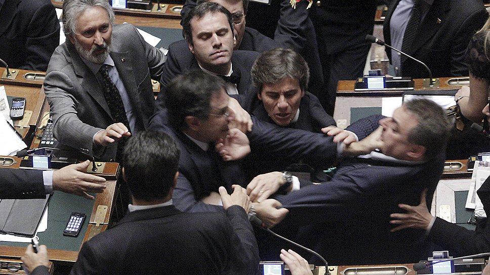26 октября 2011 года депутаты парламента Италии подрались из-за разного видения того, насколько жесткой должна быть программа экономической реформы в стране