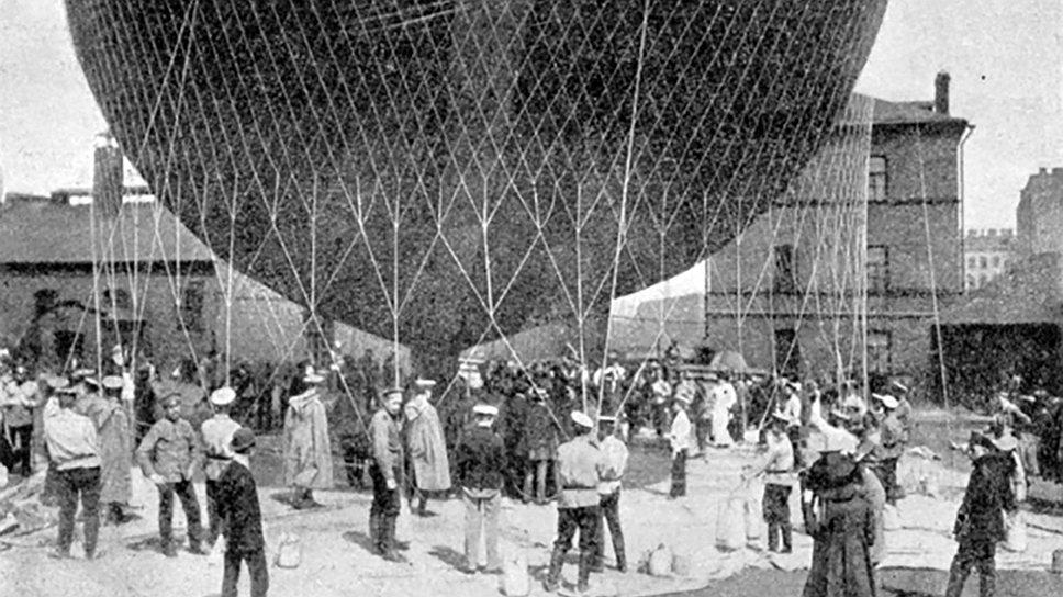 Цеппеллин над Летним садом в Санкт-Петербурге. Строительство первых дирижаблей-цеппелинов началось в 1899 году в плавающем сборочном цехе на Боденском озере. Оно было организовано на озере потому, что граф фон Цеппелин, основатель завода, истратил на этот проект все свое состояние и не располагал достаточными средствами для аренды земли под завод. Первый полет цеппелина состоялся 2 июля 1900 года