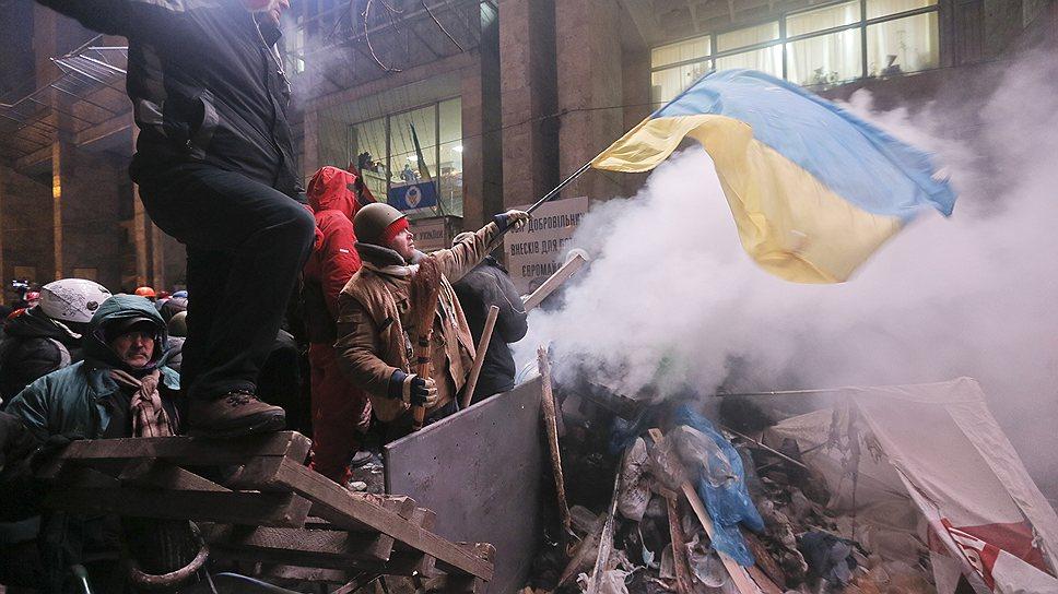 Вечером президент Украины Виктор Янукович в беседе с главой дипломатии ЕС Кэтрин Эштон подтвердил намерение подписать соглашение об ассоциации и начать диалог для разрешения кризиса в стране