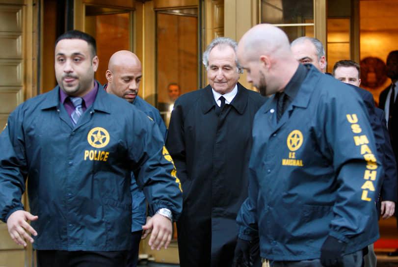 В декабре 2008 года в Нью-Йорке по подозрению в финансовом мошенничестве в особо крупных размерах был арестован известный финансист Бернард Мейдофф — один из основателей биржи NASDAQ и глава влиятельной инвестиционной компании Bernard L. Madoff Investment Securities