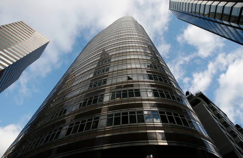 Бернард Мейдофф создал компанию Bernard L. Madoff Investment Securities в 1960 году. Этот инвестиционный фонд функционировал на протяжении десятилетий и приносил инвесторам прибыль в 12-13% годовых. Какими методами, создатель фонда не говорил, его представляли как «слишком сложный для понимания»