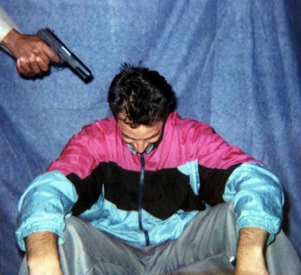 23 января 2002 года в Карачи (Пакистан) был похищен американский журналист Дэниел Перл, шеф южно-азиатского бюро газеты The Wall Street Journal. 1 февраля того же года он был убит. Убийство было снято на видеопленку. Ответственность за похищение взяла на себя группировка «Национальное движение за восстановление суверенитета Пакистана». Ранее боевики обещали отпустить Перла, если американские власти согласятся освободить талибов и боевиков «Аль-Каиды», которые содержатся в тюрьме Гуантанамо
