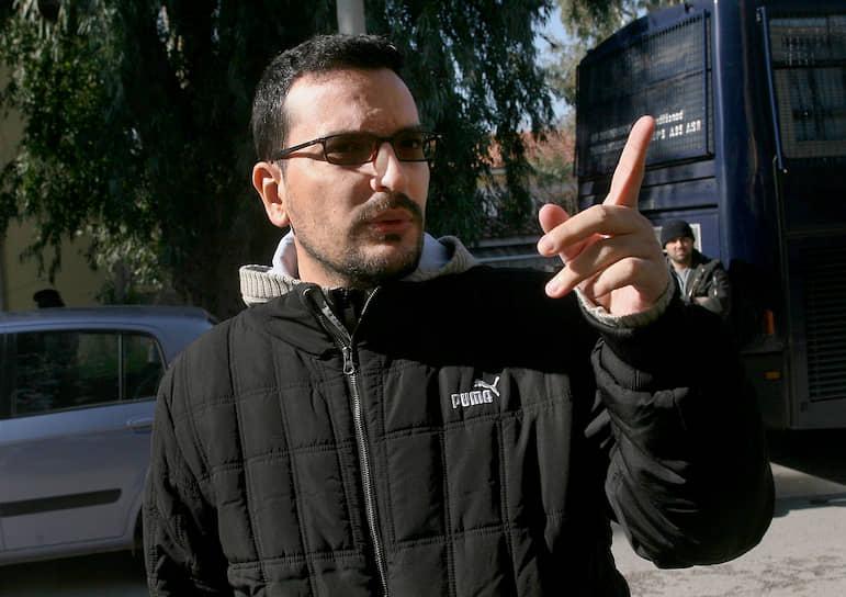 Убийство греческого журналиста Сократиса Гиолиаса произошло 19 июля 2010 года. Автора нескольких громких журналистских расследований расстреляли на пороге собственного дома. Виновные так и не были найдены