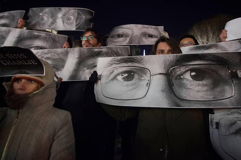 7 января 2015 года в ходе вооруженного нападения на офис редакции французского сатирического еженедельника Charlie Hebdo в Париже были убиты 10 журналистов. Среди них карикатуристы Стефан Шарбоннье (известный под псевдонимом Шарб; 47 лет), Жан Кабю (76 лет), Жорж Волински (80 лет) и Бернар Верлак (57 лет). Нападение было связано с публикациями карикатур на ислам