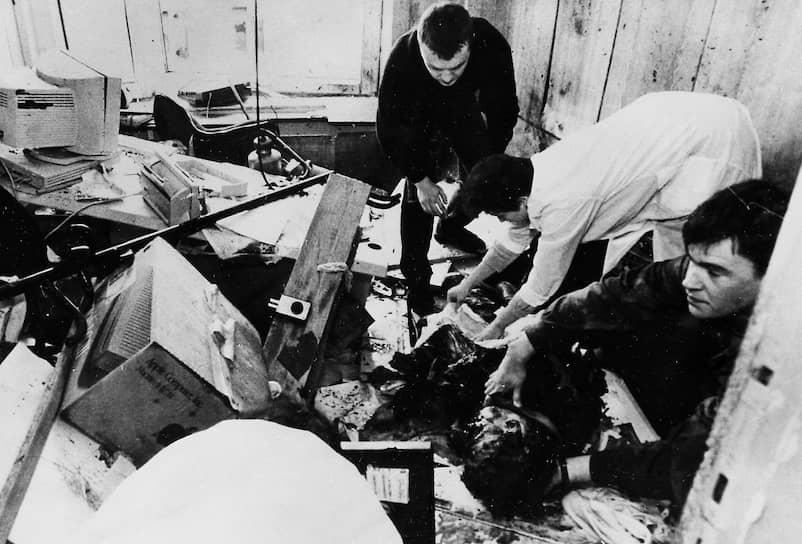 17 октября 1994 года при взрыве бомбы в редакции газеты «Московский комсомолец» погиб журналист Дмитрий Холодов. В 1998 году были задержаны шесть подозреваемых, в том числе экс-начальник разведки ВДВ Павел Поповских. Позднее они были дважды оправданы судом