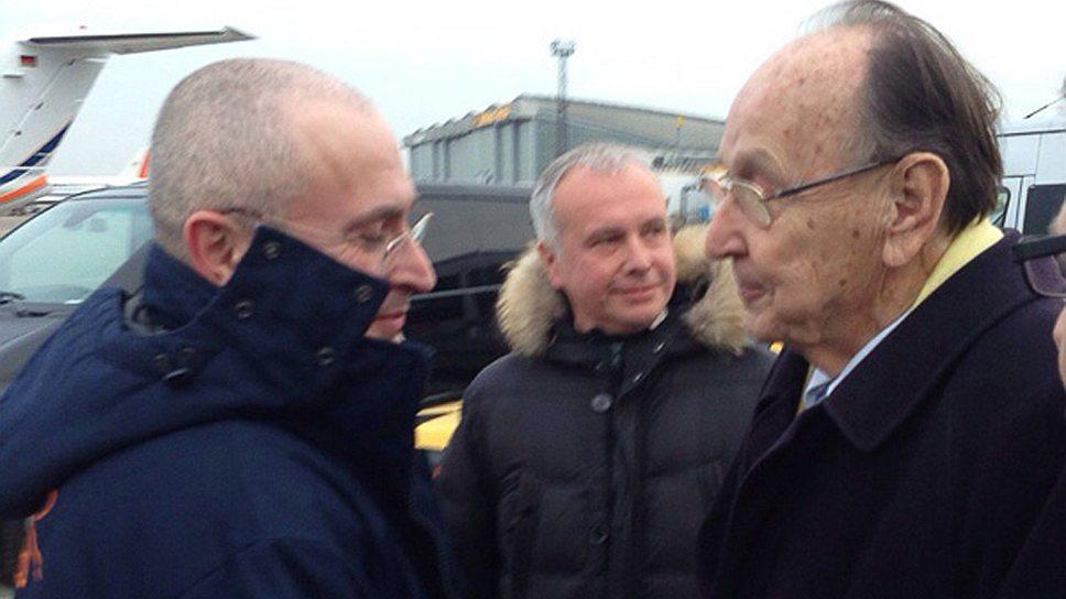 """Михаил Ходорковский (слева) и бывший глава МИД ФРГ Ганс-Дитрих Геншер в аэропорту Берлина """"Шенефельд"""""""