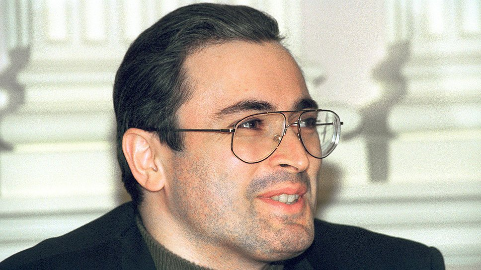 Михаил Ходорковский — предприниматель, с 1990 года — председатель правления группы МЕНАТЕП, позднее — советник премьер-министра России Ивана Силаева, активный участник приватизации в таких сферах, как нефтяная промышленность и цветная металлургия, строительство и промышленность строительных материалов, а также текстильная и пищевая промышленность. В 1997–2004 годах Ходорковский — совладелец и глава нефтяной компании ЮКОС. Был арестован по обвинению в хищениях и неуплате налогов 25 октября 2003 года. На момент ареста был одним из богатейших людей в мире: его состояние оценивалось в $15 млрд. В общей сложности Михаил Ходорковский провел в заключении 10 лет и 10 месяцев. 20 декабря 2013 года помилован президентом Владимиром Путиным. В настоящее время проживает за границей