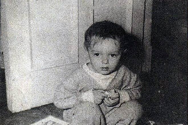 Константин Кинчев родился 25 декабря 1958 года в Москве. В 1983 году окончил Московский технологический институт (факультет «Экономика и финансы»). Параллельно учился в певческом училище при Большом театре, но через год бросил. Некоторое время обучался в джазовой студии в Замоскворечье. Работал администратором женской баскетбольной команды, натурщиком в Суриковском училище, грузчиком в булочной