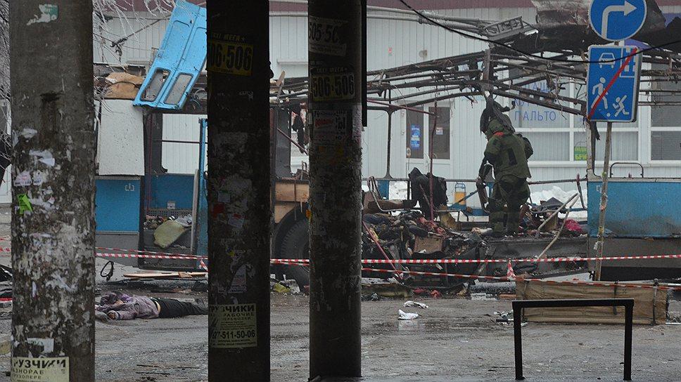 30 декабря в Дзержинском районе Волгограда неподалеку от городского рынка произошел взрыв в троллейбусе маршрута 15А, в результате которого погибли 14 человек, 28 — пострадали