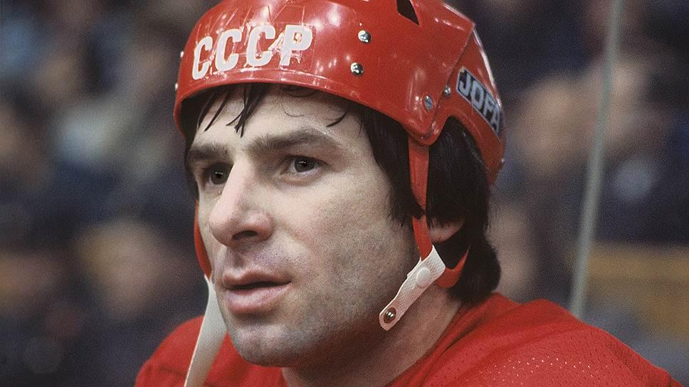 «Я был не слишком здоровым ребенком. Отец считал, что спорт должен помочь мне стать сильнее. Он не думал, что я буду хоккеистом, когда во дворе гонял со мной шайбу и даже когда привел меня в ЦСКА. Принимали 13-летних, а мне было 14. Пришлось обмануть — благо дело ростом был невелик»   Валерий Харламов родился 14 января 1948 года в Москве. Его мать была басконкой, ее вывезли из Испании во время гражданской войны в 1937 году. Отец, работавший на одном из московских заводов и игравший в хоккей, привел Валерия Харламова в спорт
