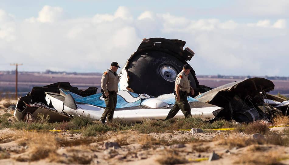 На этой фотографии от 1 ноября 2015 года специалисты изучают обломки ракеты SpaceShipTwo, которая потерпела крушение 31 октября 2015 года в Мохаве, Калифорния. В результате катастрофы один пилот погиб, другой получил серьезные травмы. Причиной аварии стали некорректные действия одного из пилотов Майкла Элсбери. SpaceShipTwo предназначался для совершения суборбитальных туристических полетов. После катастрофы космические туристы, купившие билеты на будущий рейс этого корабля, попросили вернуть им деньги