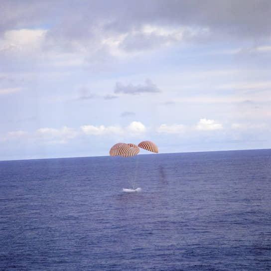 На третий день полета, 13 апреля 1970 года, на «Аполлоне-13» взорвался кислородный баллон. Был поврежден главный двигатель. Экипаж видел, как из корабля в открытый космос вытекает струя кислорода. «Хьюстон, у нас проблемы», — мрачно сообщили космонавты в командный центр. Чтобы сэкономить энергию, космонавты перешли из основной кабины в лунный модуль и выключили почти все системы, в том числе отопление, компьютер и освещение. На четвертый день после аварии в кабине стал повышаться уровень углекислого газа. Несмотря на все трудности, 17 апреля «Апполон-13» вошел в земную атмосферу и успешно приводнился в Тихом океане. Экипаж был подобран американским кораблем и доставлен на Гавайи. В 1995 году Голливуд снял по этой истории фильм
