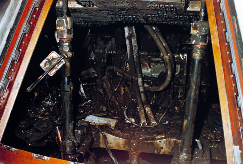 Победная история американской лунной миссии «Аполлон-1» началась с трагедии. В 1967 году, за месяц до планируемого запуска, в «Аполлоне-1» произошел пожар. Внутри корабля находился экипаж из трех космонавтов: Виджила Грисса, Эдварда Уайта и Роджера Чаффи. К пожару привели недоработки инженеров и цепь случайностей. Люди сгорели за 14 секунд. Последнее, что было слышно из горящего корабля, крик 31-летнего Чаффи «Мы горим! Вытащите нас отсюда!»