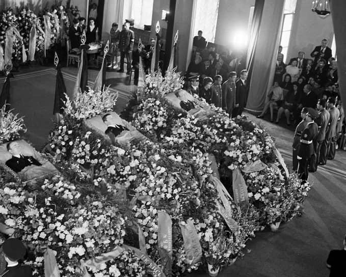 В июне 1971 года в космос был запущен «Союз-11» с тремя космонавтами на борту — Георгием Добровольским, Владиславом Волковым и Виктором Пацаевым. Космический корабль состыковался с орбитальной станцией «Салют», в течение 23 дней работал на орбите, а затем начал возвращаться на Землю. 30 июня спусковой аппарат успешно приземлился в Казахстане. Но прибывшая на место посадки поисковая группа обнаружила всех троих космонавтов мертвыми. Расследование показало, что при отделении от корабля спускового аппарата открылся вентиляционный клапан, и отсек разгерметизировался