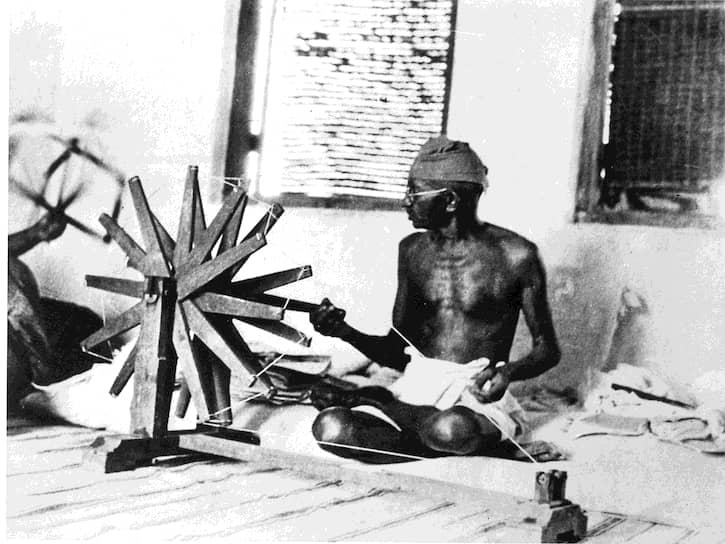 «Какая разница для мертвых, сирот и бездомных, во имя чего творятся произвол и разрушения — во имя тоталитаризма или во имя священной демократии и либерализма?» <br>На фото: Махатма Ганди прядет хлопок