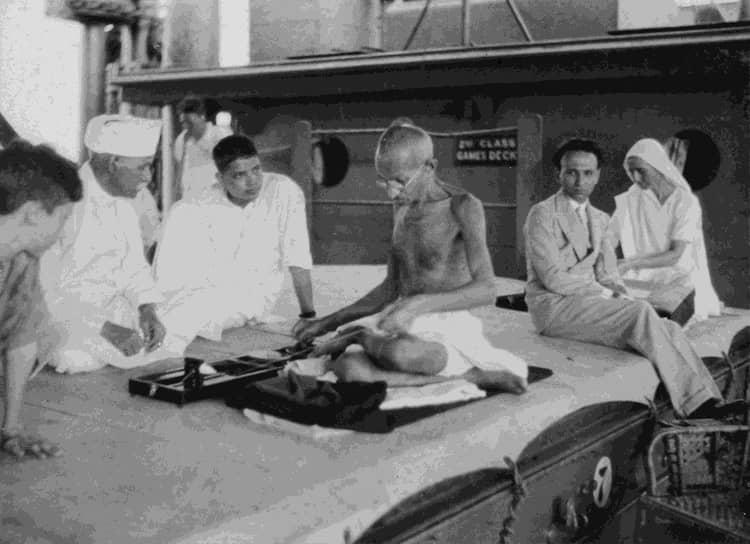 «Ценность идеала в том, что он удаляется, по мере того как мы приближаемся к нему» <br>На фото: Махатма Ганди на борту корабля во время поездки в Лондон на совещание по вопросу статуса Индии