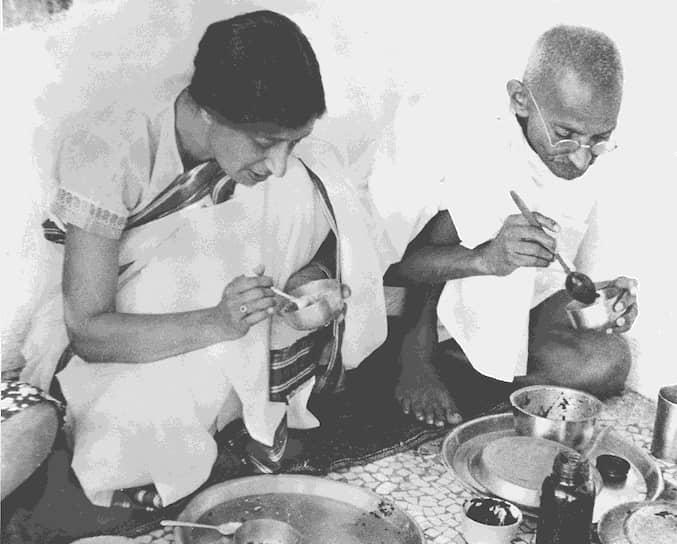 «Обычно, когда я в отчаянии, я вспоминаю многие эпизоды истории. На протяжении веков правда и любовь всегда побеждали. Да, много в истории было всесильных тиранов, но в конце концов все они терпели крах. Помни об этом в трудные минуты жизни» <br>На фото: Махатма Ганди делится едой с гостьей в своем доме