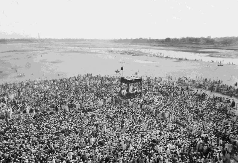 «Право подвергать людей самой суровой критике заслуживает тот, кто убедил их в своей любви к ним» <br>На фото: выступление Махатмы Ганди около реки Сабармати в Индии
