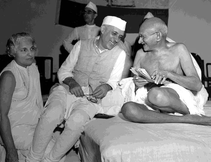 «Я против насилия. Потому что, когда кажется, что зло делает добро, это добро ненадолго. А зло остается навечно» <br>На фото: будущий первый премьер-министр Индии Джавахарлал Неру и Махатма Ганди