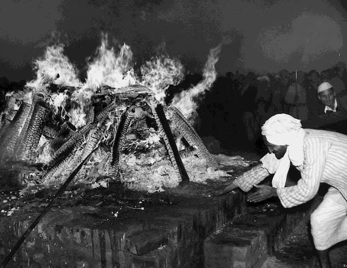 «Если ты хочешь перемену в будущем — стань этой переменой в настоящем» <br>На фото: сожжение тела Махатмы Ганди по индуистским обычиям