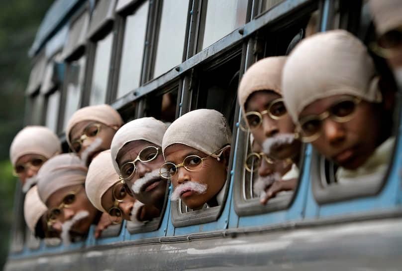 «Если мы хотим достичь настоящего мира во всем мире, то начинать надо с детей» <br>На фото: дети из бедных индийских семей в образе Махатмы Ганди