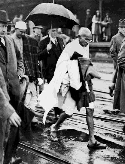 «Дела совести не решаются большинством голосов» <br>На фото: Махатма Ганди на улицах Лондона