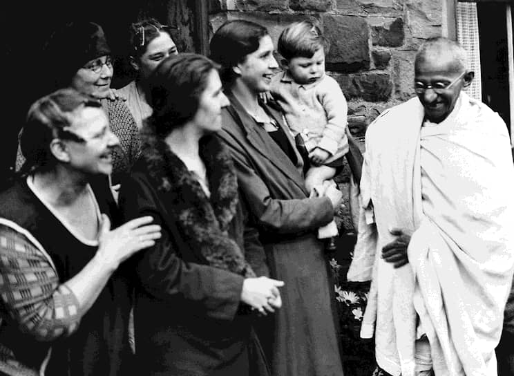 «Любовь никогда не требует, она всегда дает. Любовь всегда страдает, никогда не выражает протеста, никогда не мстит за себя» <br>На фото: Махатма Ганди на встрече с работницами хлопковой промышленности во время визита в Великобританию