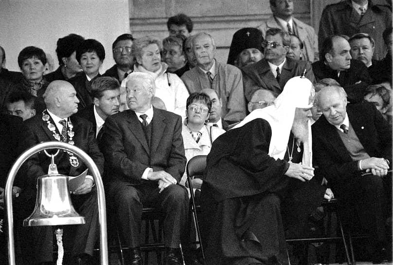 «В предвыборную гонку хватать руками Конституцию опасно»<br> В первом туре выборов, который состоялся 16 июня 1996 года, Борис Ельцин набрал 35,28% голосов, Геннадий Зюганов — 32,03%, на третьем месте оказался Александр Лебедь (14,52%), которого Ельцин назначил секретарем Совета безопасности. Между первым и вторым турами голосования Борис Ельцин был госпитализирован с инфарктом, но 3 июля появился на избирательном участке санатория в Барвихе. На этот раз Ельцин лидировал с  53,82% голосов, в то время как Зюганов набрал лишь 40,31%<br> На фото (слева направо): мэр Москвы Юрий Лужков, президент России Борис Ельцин, патриарх Московский и всея Руси Алексий II и председатель Совета федерации Егор Строев