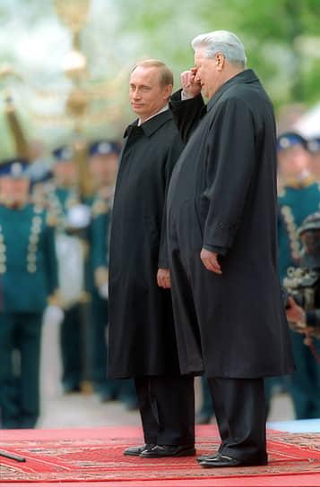 26 марта 2000 года на досрочных выборах президента России победу одержал Владимир Путин, набрав 52,94% голосов избирателей <br>На фото: Борис Ельцин и Владимир Путин во время инаугурации последнего