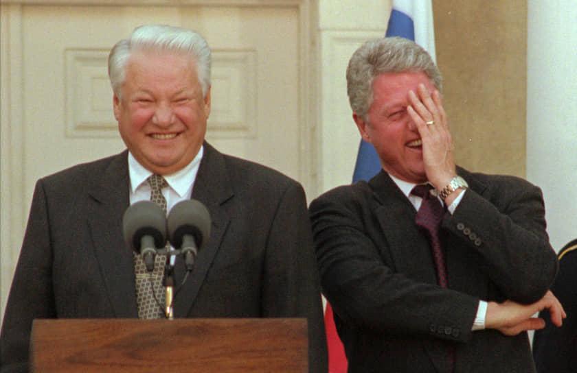 «Билл, мы не соперники, мы друзья»<br> Внешняя политика Бориса Ельцина была, с одной стороны, направлена на налаживание отношений со странами Запада (так, в 1992 году Ельцин заявил, что оружие бывшего СССР не будет нацелено на США), а с другой стороны, на построение новых отношений с бывшими советскими республиками<br> На фото: Борис Ельцин и президент США Билл Клинтон, смеющийся над шуткой российского президента о журналистах во время пресс-конференции в Нью-Йорке