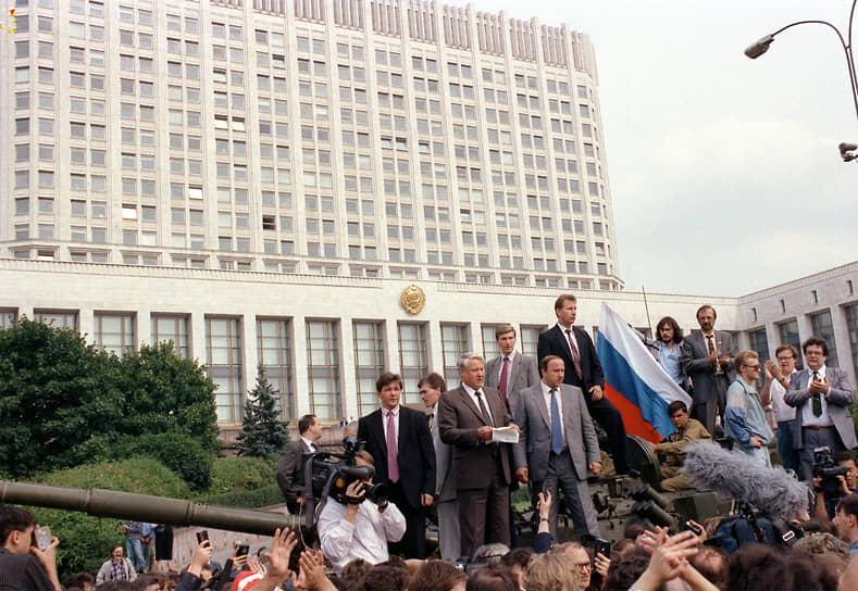 """«Раньше я о нем (о Михаиле Горбачеве.— """"Ъ"""") думал плохо. Теперь не думаю вообще»<br> Выступая на октябрьском пленуме ЦК КПСС в 1987 году, Борис Ельцин подверг критике работу Политбюро, секретариата ЦК и самого Михаила Горбачева. Пленум вынес резолюцию считать выступление Ельцина «политически ошибочным», он был освобожден от должности и выведен из состава Политбюро"""