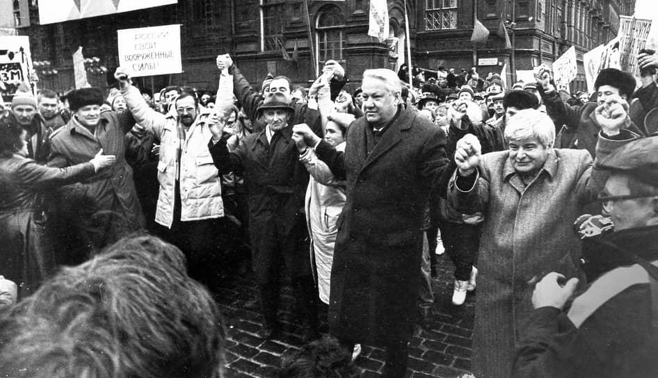 Из-за отсутствия на левой руке нескольких пальцев Борис Ельцин (в центре) не служил в армии. В 1950 году он поступил в Уральский политехнический институт на строительный факультет, окончив его с квалификацией «инженер-строитель». После учебы по распределению Ельцин был направлен в трест «Уралтяжтрубстрой»