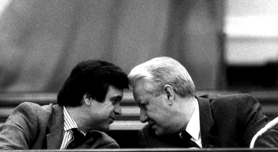 В июне 1991 года, после избрания Ельцина президентом Российской Федерации, Руслан Хасбулатов (слева) становится председателем Верховного совета. В августе 1991 года, когда Горбачев как союзный президент был отстранен ГКЧП от власти, Хасбулатов, по мнению участников тех событий, сыграл одну из решающих ролей в подавлении путча