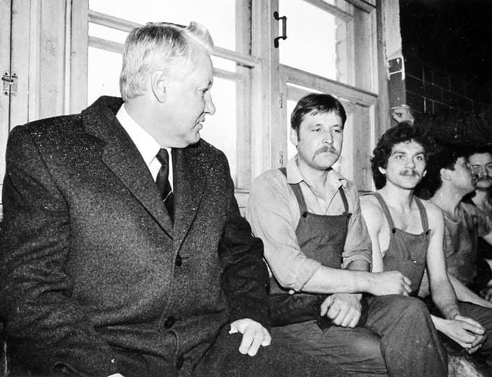 «С шести лет, собственно, домашнее хозяйство было на мне. И за младшими ребятишками ухаживать — одну в люльке качать, за другим следить, чтобы не нахулиганил, и по хозяйству — картошку сварить, посуду помыть, воды принести…»<br> Детство будущего президента прошло в городе Березники Пермской области. В школе Борис Ельцин (слева) хорошо учился и был старостой, но при этом отличался дерзким поведением, конфликтовал с учителями. После седьмого класса его исключили из школы с «волчьим билетом», однако он сумел добиться возможности продолжить учебу в другой школе