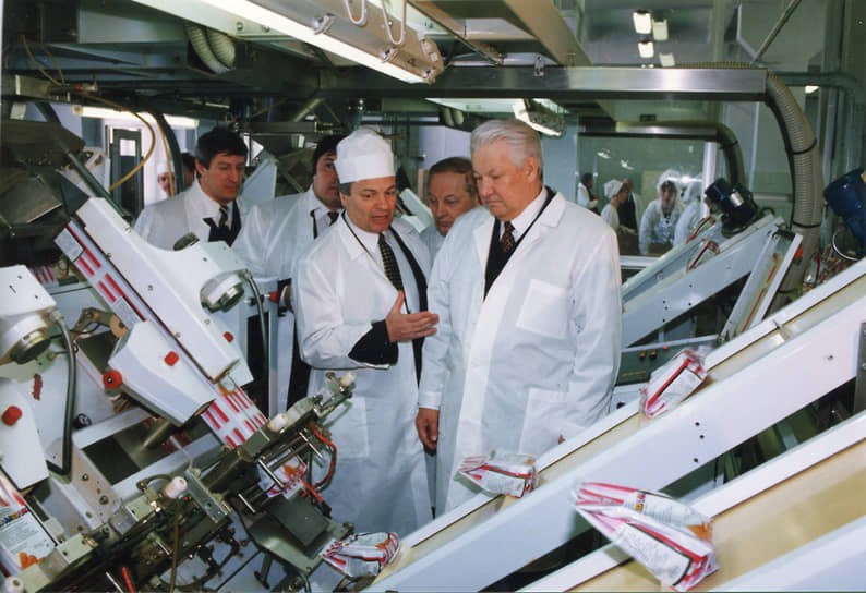 «В победе не сомневаюсь, слабонервных прошу не суетиться, и пусть они там не торопятся со сменой портретов, понимаешь»<br> В ходе предвыборной кампании Борис Ельцин (справа) активно ездил по стране, побывав, в том числе, и в Чечне. Его штаб развернул агитационно-рекламную кампанию под названием «Голосуй или проиграешь», в результате чего рейтинговый разрыв между ним и Геннадием Зюгановым заметно сократился