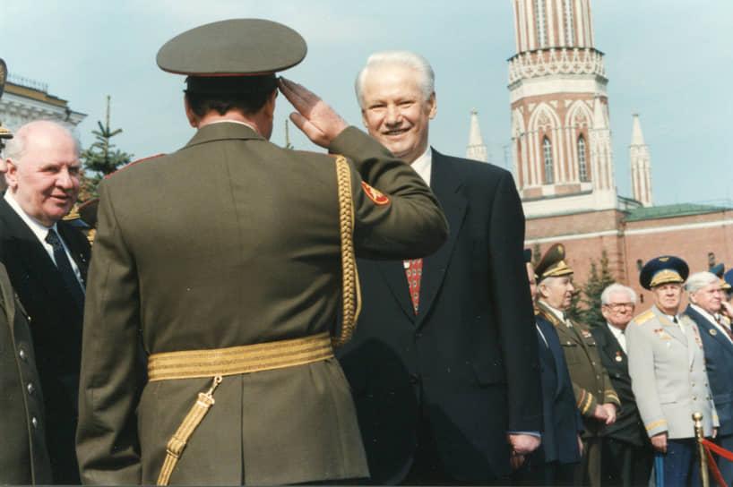«И силой нельзя, и отступать нельзя. Надо, чтобы и победа была, и чтоб без войны. Дипломатия, понимаешь»<br> В ноябре 1994 года Борис Ельцин (в центре) принял решение о вводе войск в Чечню с целью восстановить конституционный порядок в республике, которая фактически отделилась от России после распада СССР. Первый штурм Грозного оказался непродуманным и привел к большому числу жертв, а в августе 1996 года чеченские боевики выбили федеральные войска из города. Конец Первой чеченской войне положили Хасавюртовские соглашения, согласно которым вопрос о статусе территории Республики был отложен до конца 2001 года