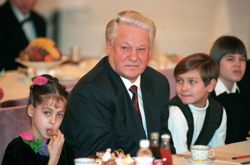 «Сегодня, именно сегодня альтернативы Ельцину нет. Завтра будет. А сегодня нет»<br> Конституционный кризис в России вылился в вооруженные столкновения на улицах Москвы, последовавшие за штурмом противниками президента мэрии и телецентра «Останкино» 3 октября 1993 года. Победу Борису Ельцину обеспечила поддержка силовых структур, однако в ходе несогласованных действий войск 3–4 октября в Москве погибло не менее 150 человек, еще более 300 были ранены. Результатом октябрьских событий стал роспуск Верховного совета и принятие новой Конституции в декабре 1993 года