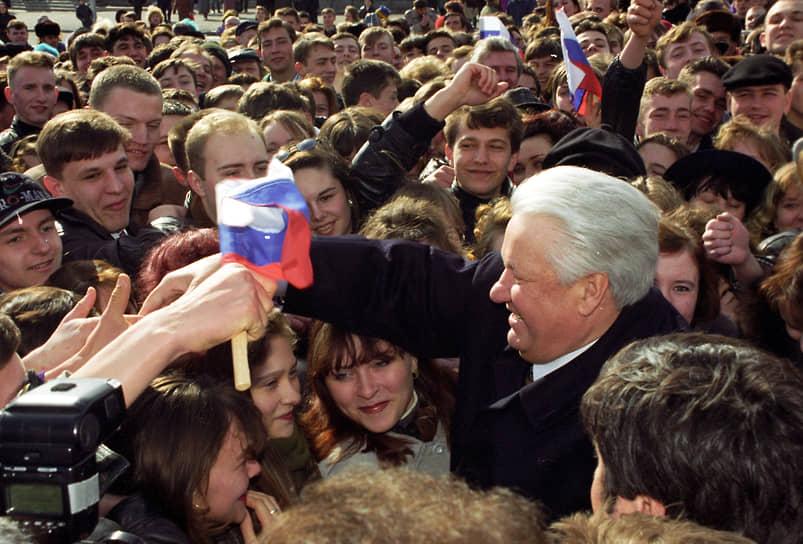 «Я с оптимизмом смотрю в будущее и готов к энергичным действиям. Великая Россия поднимается с колен! Мы обязательно превратим ее в процветающее, демократическое, миролюбивое, правовое и суверенное государство»<br> Вступив в должность президента, Борис Ельцин начал переговоры с Михаилом Горбачевым и главами других союзных республик о подписании нового союзного договора. В августе 1991 года Ельцин возглавил противодействие путчу ГКЧП, превратив Белый дом в центр сопротивления. Выступая с танка у Дома советов, он назвал действия ГКЧП государственным переворотом. В ноябре того же года Борис Ельцин подписал указ о прекращении деятельности КПСС