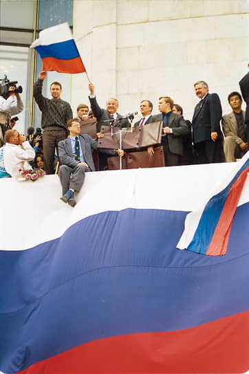 «Правительству нужен новый толчок…»<br> В конце 80-х годов Борис Ельцин (на фото с флагом), работавший первым заместителем председателя Госстроя СССР, получил славу опального политика, которая в дальнейшем помогла ему стать лидером демократического движения. В 1990 году Ельцин был избран народным депутатом и председателем Верховного Совета РСФСР. Его политический вес резко увеличился после того, как 12 июня 1990 года Совет принял Декларацию о государственном суверенитете РСФСР