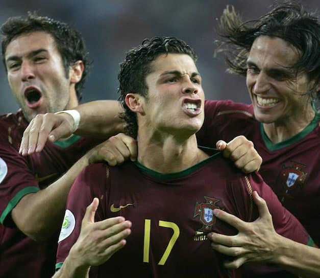 В 2004 году футболист был признан лучшим молодым игроком чемпионата Европы, проходившего в Португалии. Страна-хозяйка тогда заняла второе место на турнире, проиграв в финале Греции