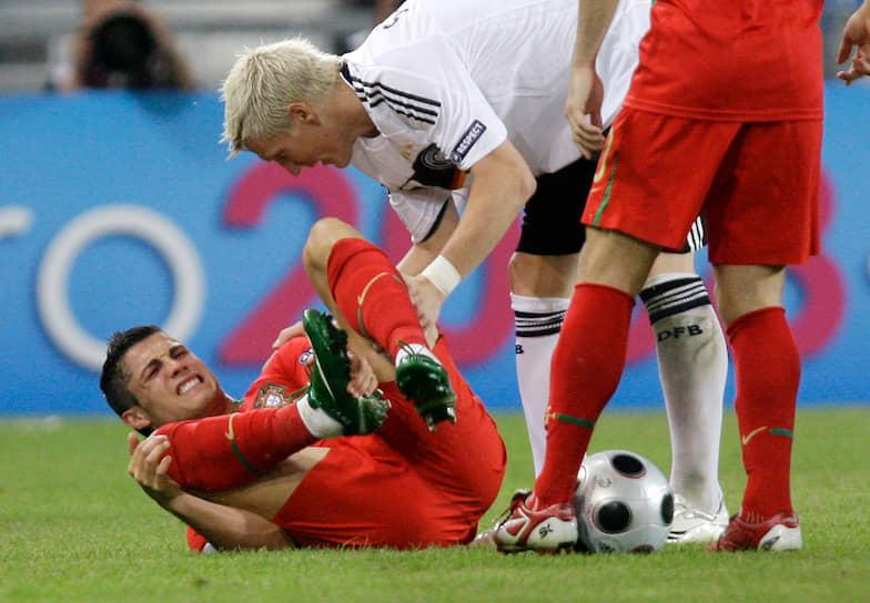 Португальца часто критикуют за симуляцию при падениях. Даже собственные болельщики нередко освистывали Роналду за подобные действия