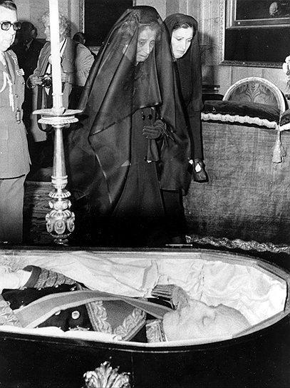 «Да простят меня все, как и я сам от всего сердца прощаю всех, называвших себя моими врагами, хотя я в них таковых не видел» (из завещания Франко)  <br>Франко покинул пост главы правительства в 1973 году, передав должность адмиралу Луису Карреро Бланко, который в том же году был застрелен. Последующие два года до своей смерти Франко страдал болезнью Паркинсона. 20 ноября 1975 года Франсиско Франко скончался <br>На фото: супруга Франциско Франко донья Кармен Франко и их дочь Кармен Мартинес Борджио