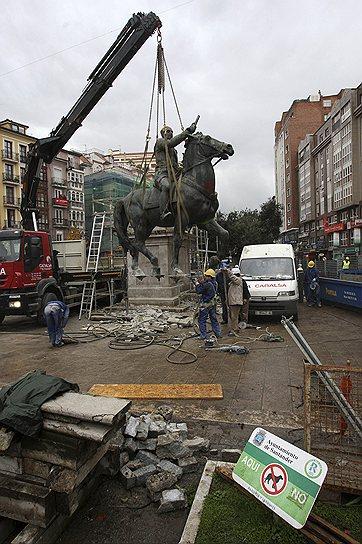 В 2007 году, когда социалисты получили большинство в парламенте Испании, статуи и памятники Франко начали сносить